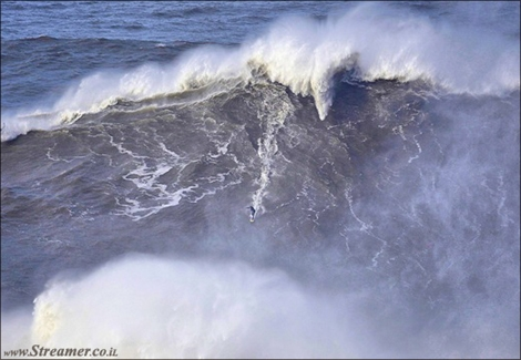 "<font color=""#003366""><strong><font color=""#650000"">Is this the biggest wave ever?</font>&nbsp; Has Andrew Cotton beaten McNamara and Burle? The British surfer Andrew Cotton may have surfed the biggest wave of all time, at Praia do Norte in Nazar&eacute;, Portugal. <a href=""http://streamer.co.il/news/view/495"">Click here to read more</a></strong></font>"