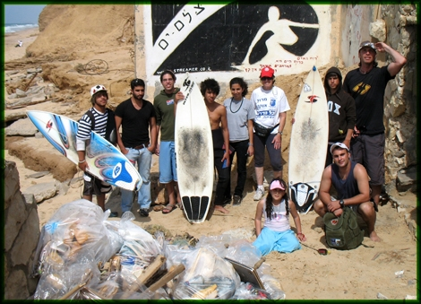 "The Green friends are on the move for the sixth time in a row! Streamer's ""friday clean"" initiative was held at Gute beach, Ashqelon 04.04.08. At the end of the day we left it clean and collected more than 30 bags of Garbage. Thank You All"