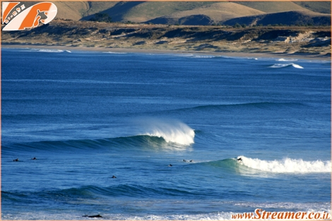 "<div align=""justify""><strong><font color=""#008000"">Surfing in New-Zealand</font> <font color=""#008000""><font color=""#003366"">- it's not all about green landscapes and sheep... Henderson Bay in the North Island provide excellent surfing swell.. More about surfing in New Zealand will be available soon.</font> KIA ORA :-)</font></strong></div>"