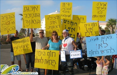 "<font color=""#333333""><strong>Ashqelon citizens protest agains the construction of a 15 stories hotel suite next the beach - Tuesday July 12th 2011.</strong></font>"
