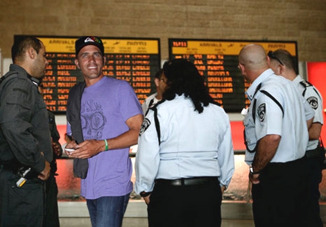 Kelly slater in Israel Ben Gurion airport 01/04/2012 - April fools photo - Illustrated by Streamer