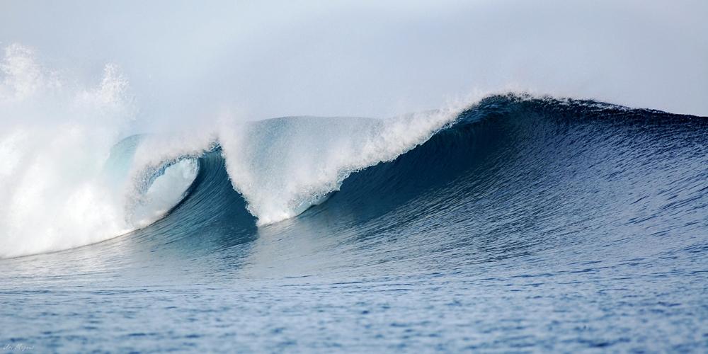 """גל באיים המלדיבים , ספטמבר 2008. צולם עם עדשת טלה 300 מ""""מ מסירה שעגנה בצידו השני של המפרץ. יש גלים של סערה ויש גלים שמשרים עלינו הרגשה של שקט אין סופי."""