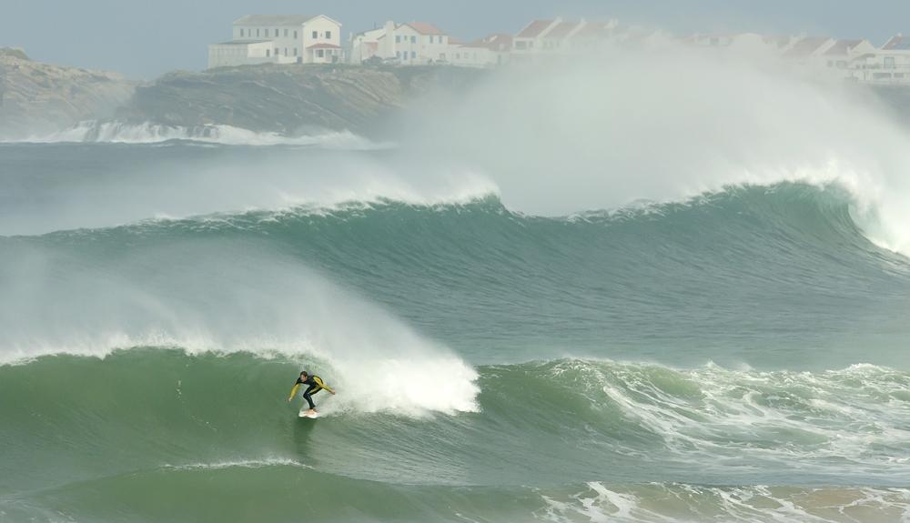מפרץ BALEAL בפורטוגל, אוקטובר 2014. בחופים הפתוחים 15-18 פיט ובמפרץ 12 פיט של ים מסודר עם רוח Off Shore. הגולש שבתמונה מצא את המקום הנכון - כמעט לבד בים.