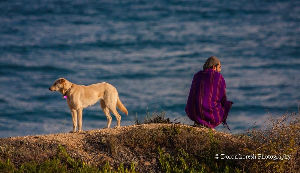 מוקדם בבוקר בחוף חבצלת-גולש וכלבו ירדו יחד לבדוק את תנאי הים. ברגע מסויים כל אחד פנה להרהוריו...