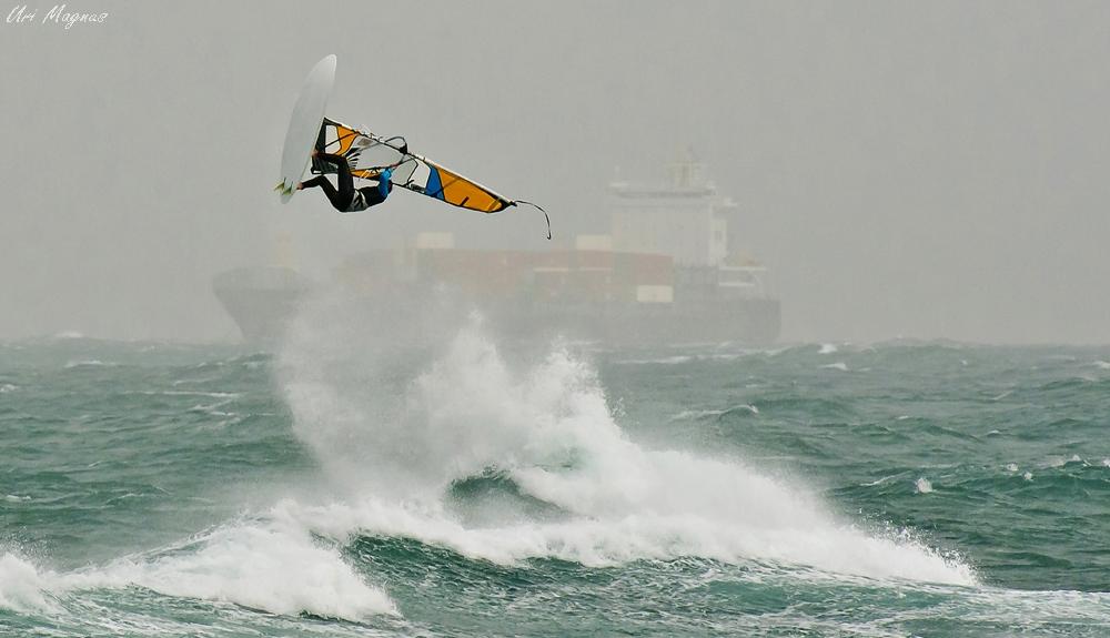 """ארנון דגן בתחרות """"storm rider """" בבת גלים בחיפה , פברואר 2011."""