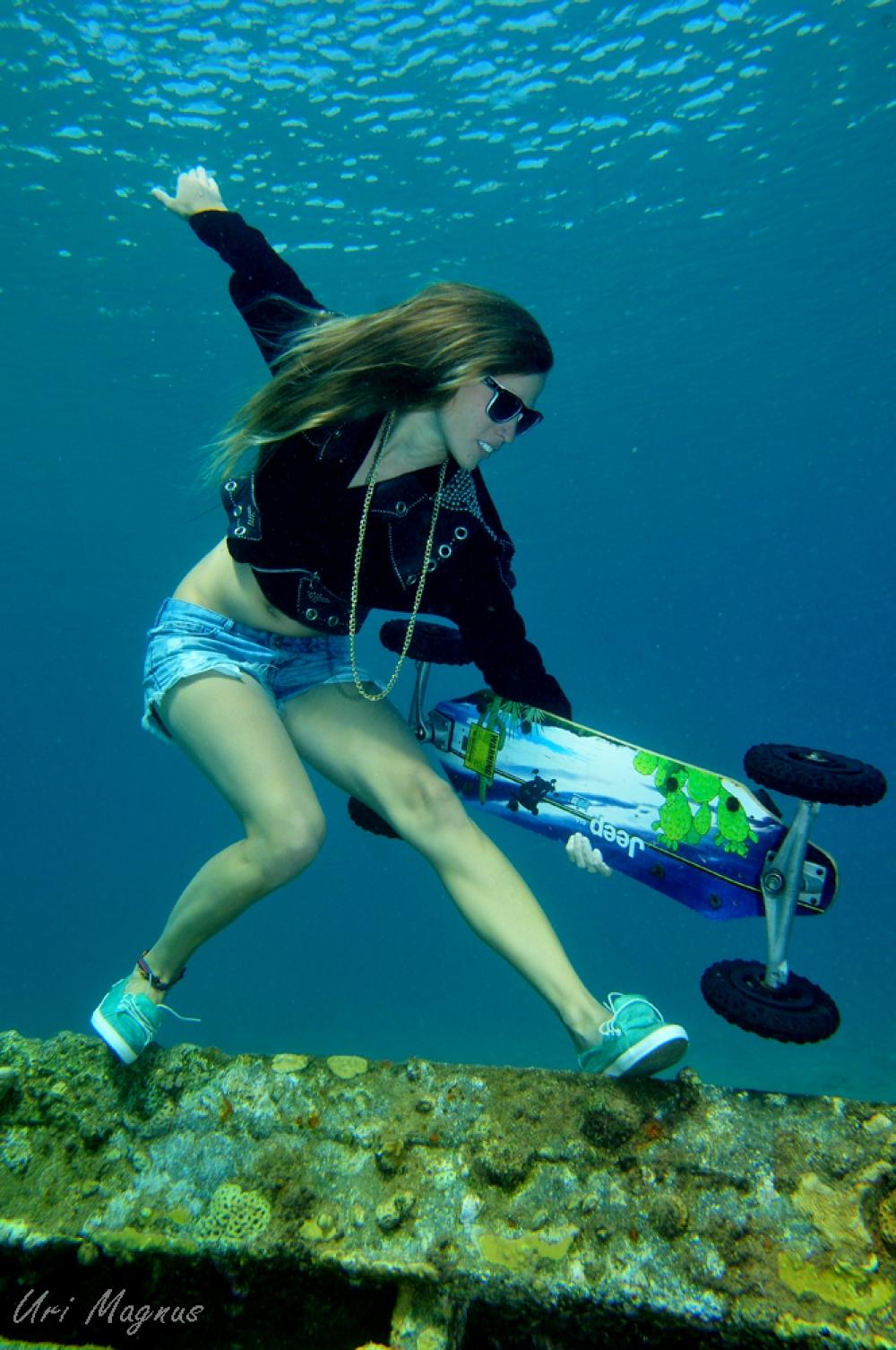 יובל ברכה מדגמנת בעומק של 4 מטר בטכניקה של צלילה חופשית. חלק מאלבום של 5 תמונות שזכה במקום השלישי בתחרות הצילום התת-ימי באילת בקטגוריית האופנה לשנת 2013.