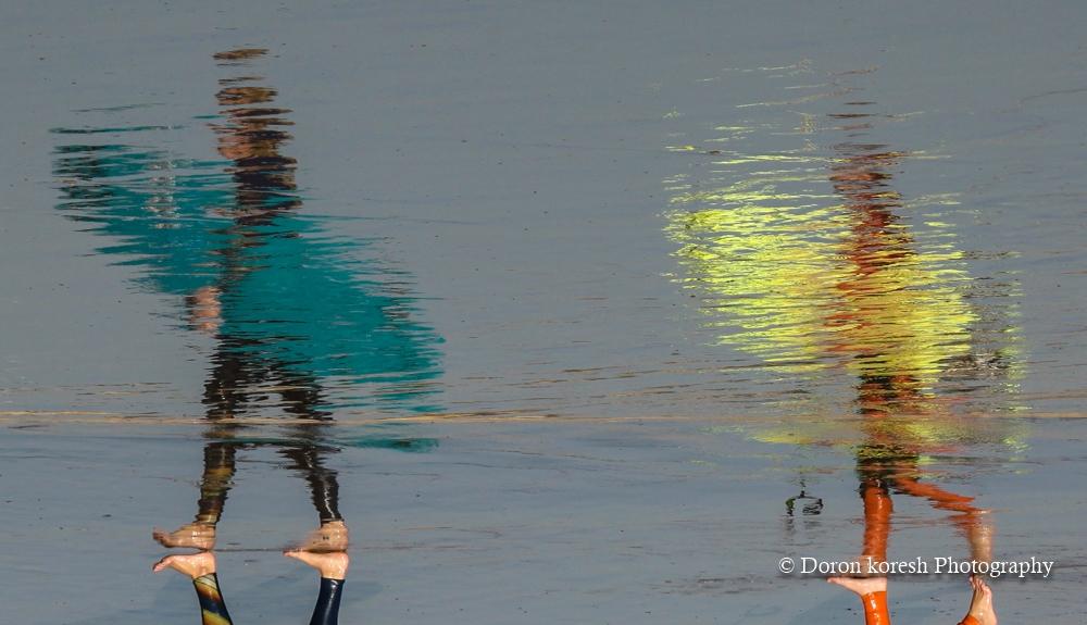 אחת בעקבות השניה - האחיות ענת ונעה לליאור - הבטחה גדולה בתחום גלישת הגלים לא נפרדות גם בים. משתקפות על החוף מנקודת ראייתי.