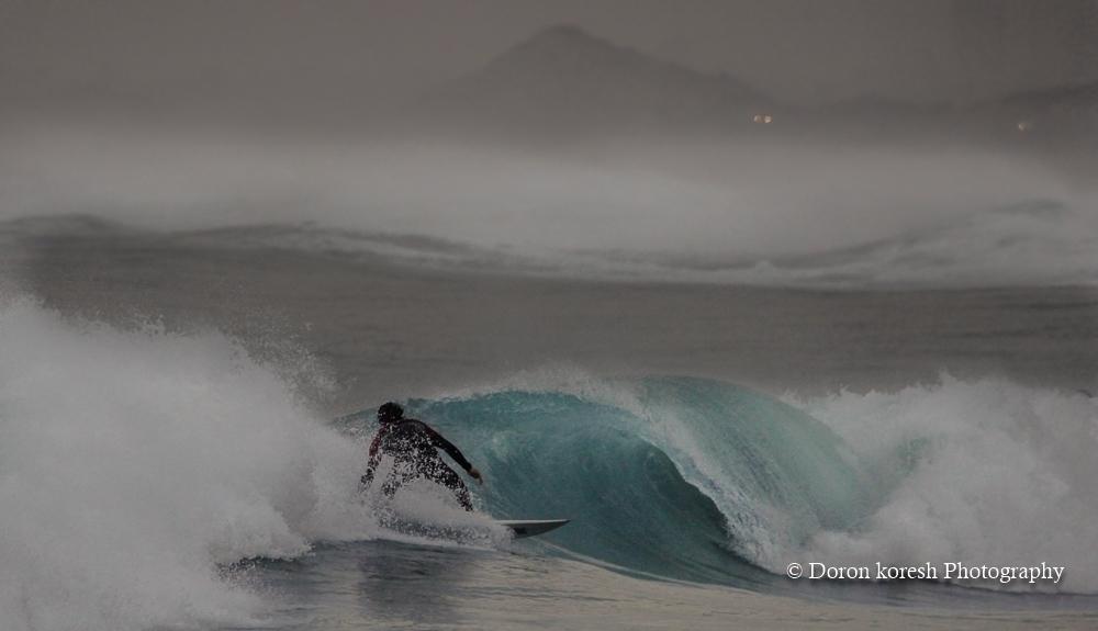 חוף עתלית ביום סוער במיוחד - מזג האויר הקודר והסערה שיוו לחוף עתלית מראה שונה ומיוחד
