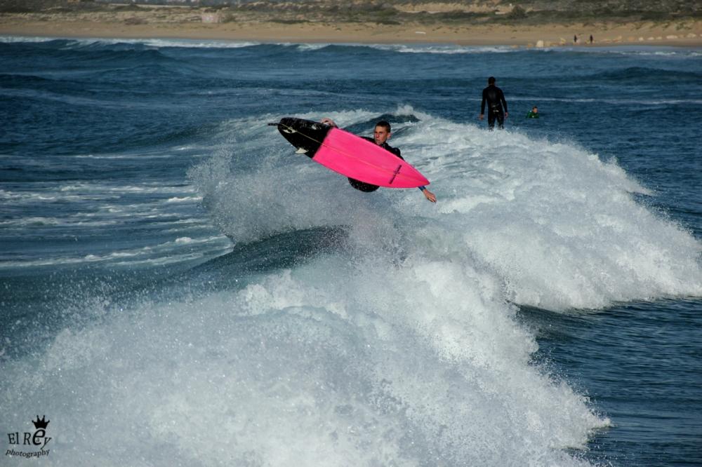 מושיקו הרוש יכול להיות טייס, כי העדשה שלי רוב הזמן תפסה אותו עף באוויר.אמצע דצמבר. חוף המבצר.