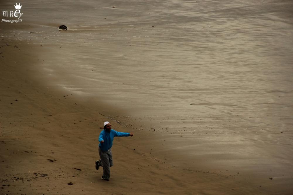 גשם, רוח וים סוער, והוא ממשיך לרוץ ולרקוד. בין מכמורת לאולגה. אמצע ינואר.