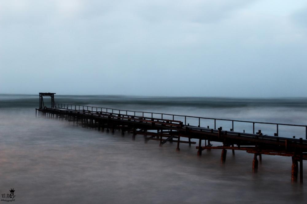 כמו שעון, איך שנכנס ינואר התחיל החורף האמיתי. ישבתי בחוף עתלית וצילמתי את המזח בחשיפה ארוכה תחת קור, גשם כבד ורוחות חזקות.