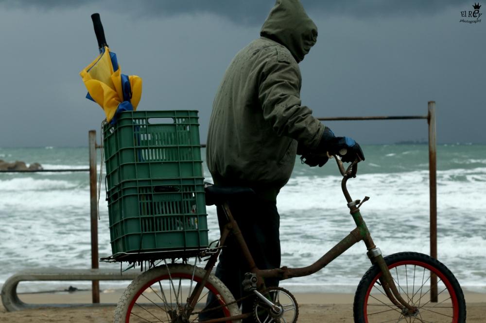 יש כאלו שבכל מצב יעשו סיבוב לים. בק דור בסערה. תחילת מרץ.