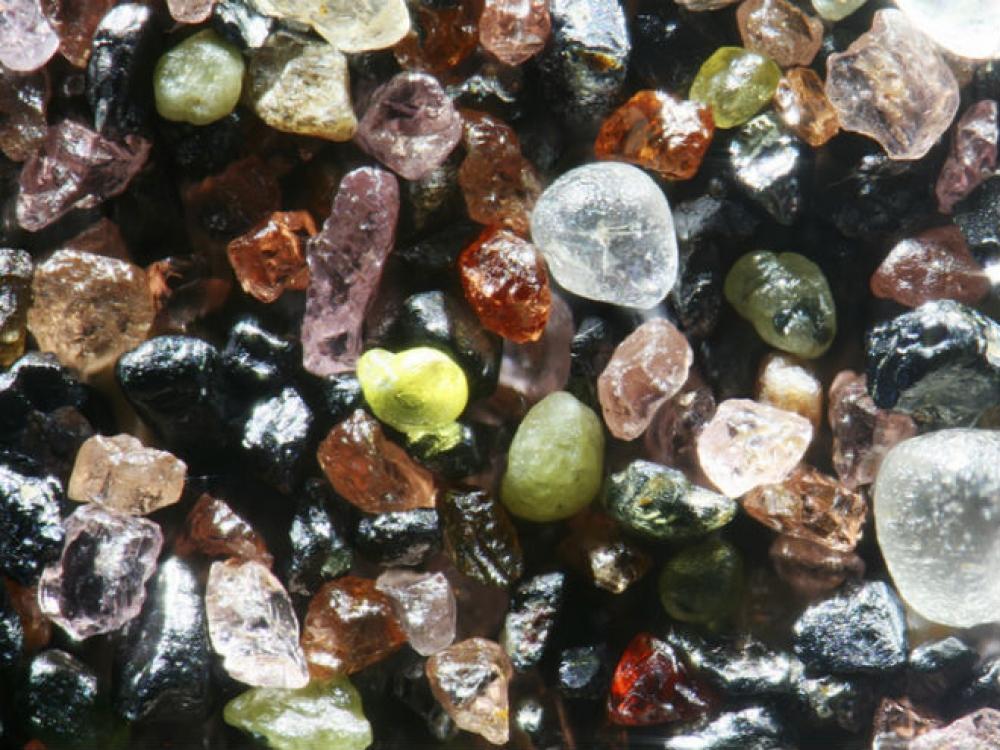"""גרגרי חול מאגם מינסוטה בארה""""ב. הגרגרים מכילים הרבה מינרלים בצבעים עשירים של ורוד,ירוק,אדום שחור. (צילום:  (Dr.gary greenberg)"""