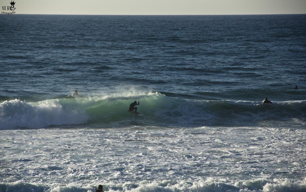 פרייה גרנדה ביום מושלם. הגלשן שלי נשבר לשניים ולא נותרה לי ברירה אלא לעמוד בחוף ולצלם את המקומיים. פורטוגל 2013.