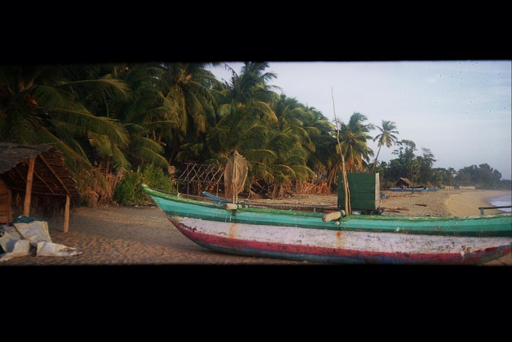סירות דייג בארוגם ביי. צולם בצילום פנורמי במצלמת פילם ויצא מדהים. סרי לנקה 2003.